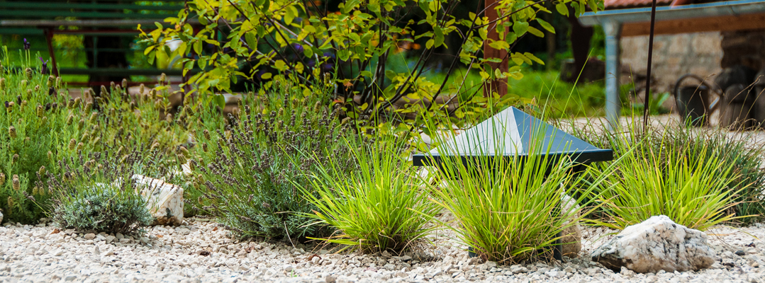 Subwoofer zur Gartenbeschallung zum Teil im Erdreich vergraben